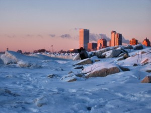 Milwaukee_Skyline_at_Sunrise_in_Ice_and_Cold_from_Bradford_Beach_Jan_2009_1__soul-amp